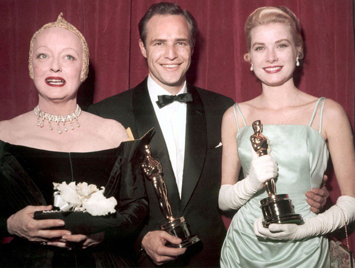 30 марта 1955 года. Ведущая Бетти Дэвис позирует вместе с Марлоном Брандо, получившим премию в номин