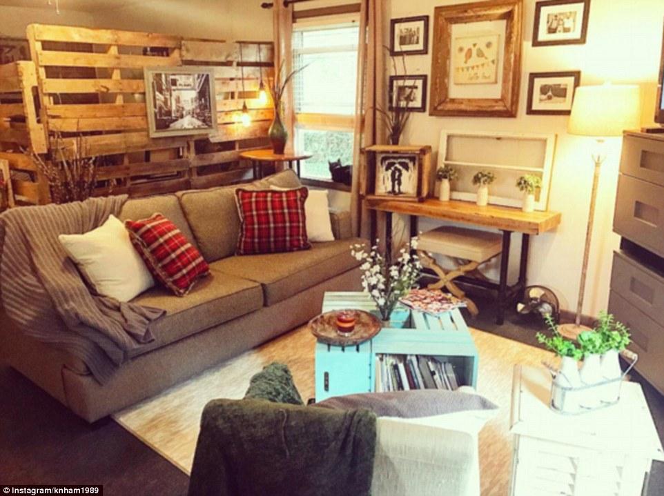 За счет того, что кровать отделена от комнаты деревянными паллетами, создается впечатление, что прос