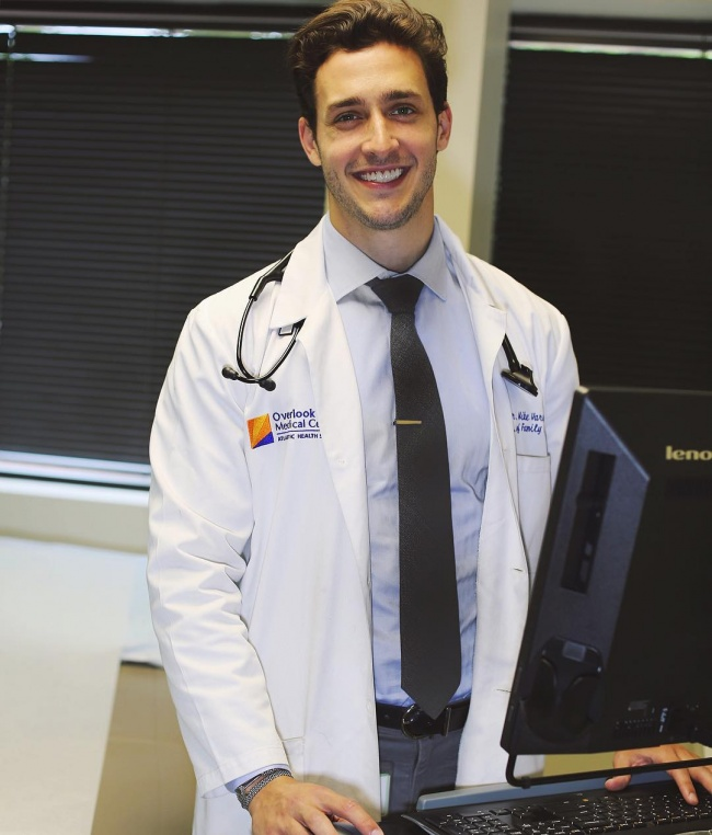 Русский эмигрант изНью-Йорка Михаил Варшавски— ортопед. Наинстаграм «доктора Майка»