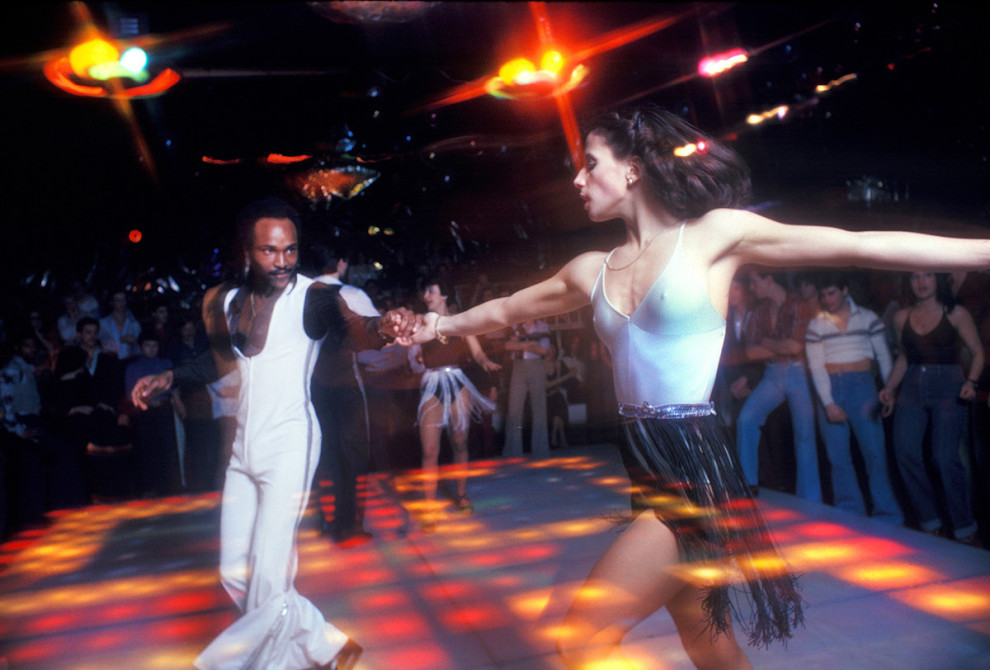 Мужчина и женщина танцуют парный танец посреди танцпола клуба 2001 Odyssey в Бруклине, Нью-Йорк, 197