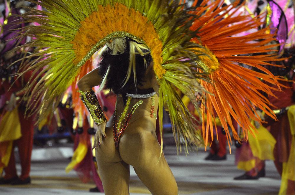 Танцовщица школы Inocentes de Belford Roxo Samba School, самбодром Рио-де-Жанейро.