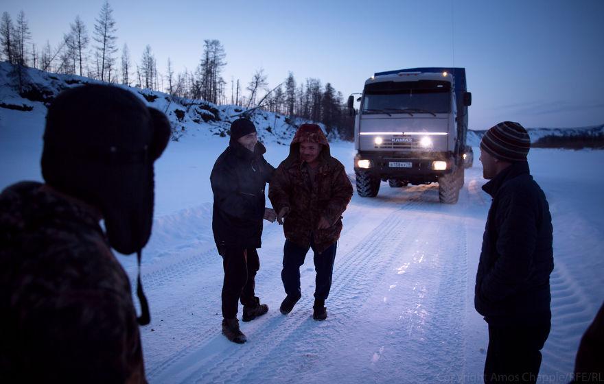 Встреча с другими дальнобойщиками на дороге. Их грузовик сломался.