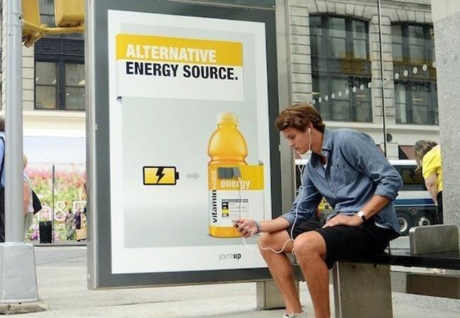 Отрекламы Vitaminwater наавтобусной остановке можно подзарядить смартфон или иной девайс. Остановк