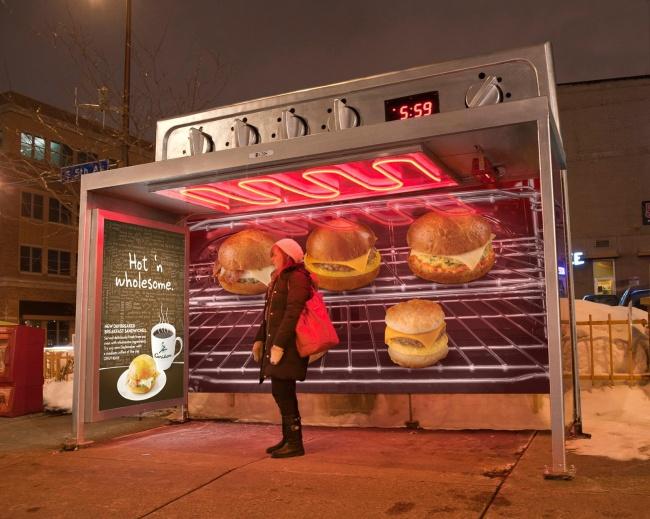 Остановка Caribou Coffee, стилизованная под микроволновку, согревала пассажиров вожидании транспорт