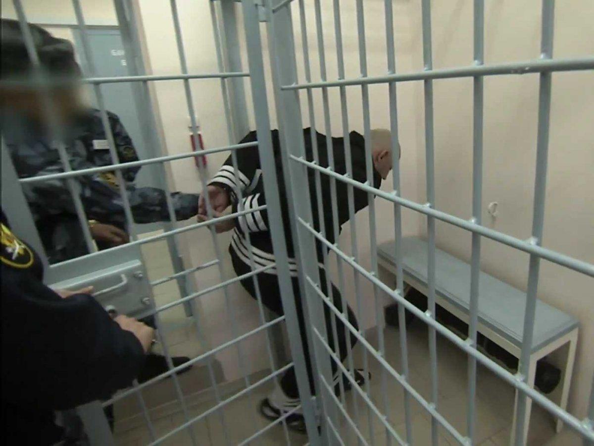 Заключенные отделены от дверей и окон массивными стальными решетками, камера представляет собой клет