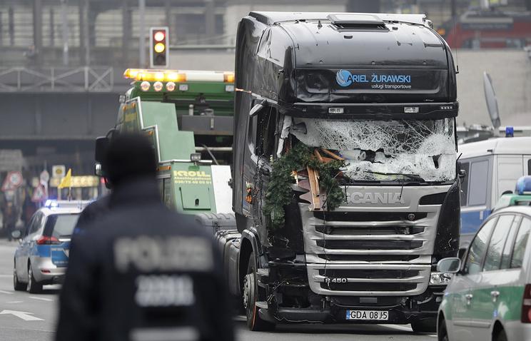 Милиция: исполнитель теракта вБерлине остается насвободе