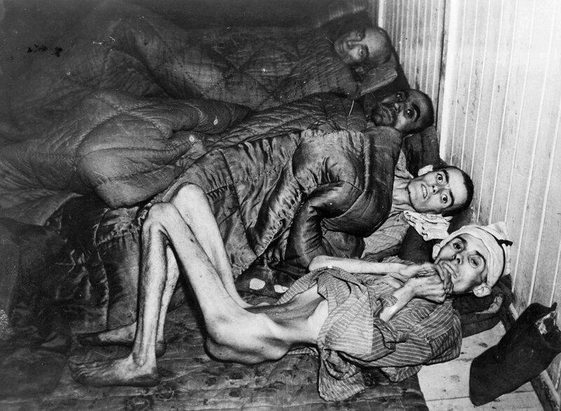 Четверо истощенных узников концлагеря Освенцим после освобождения