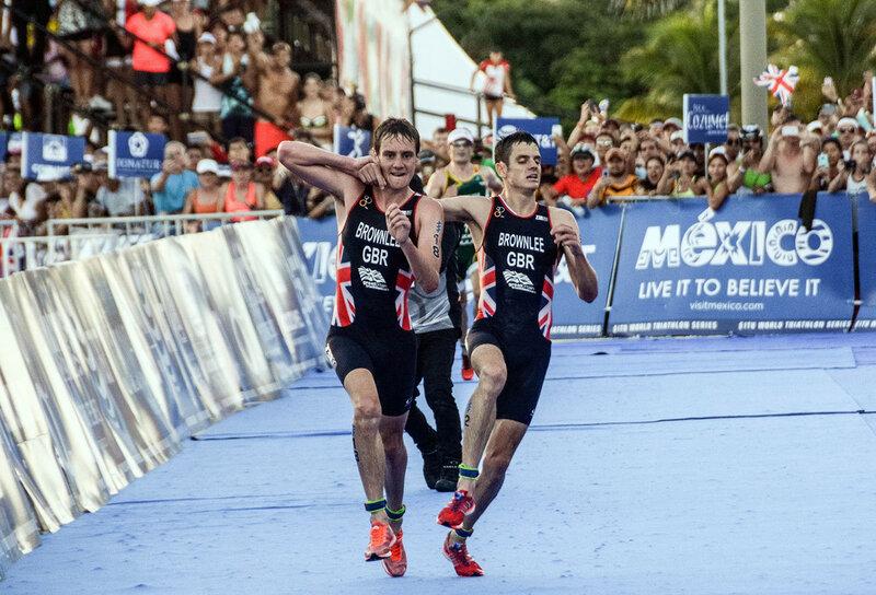 Британский атлет Алистер Браунли (слева) поддерживает своего истощенного брата Джонатана Браунли, чтобы вместе пересечь финишную прямую и занять 2-е и 3-е место в Мировой серии ITU по триатлону в Косумеле, Мексика, 18 сентября 2016 года. (Elizabeth Ruiz / AFP / Getty)