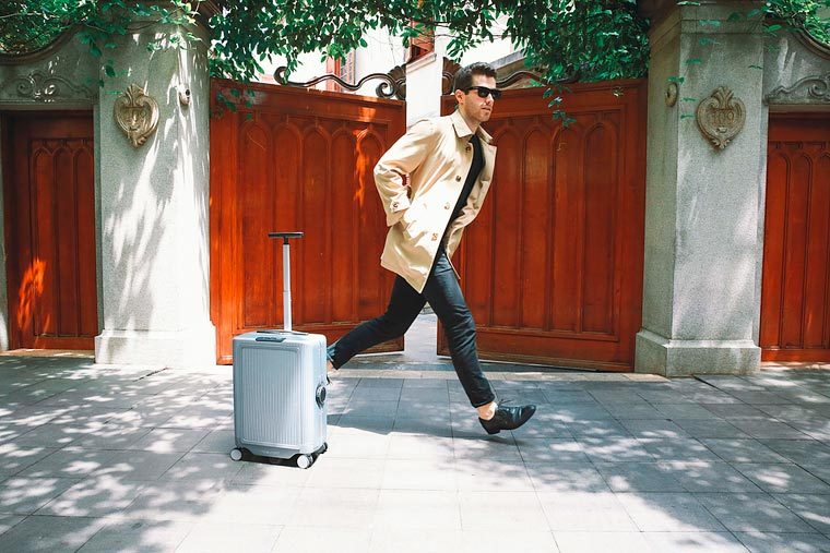 Cowarobot R1 - The first robotic suitcase that will follow you everywhere