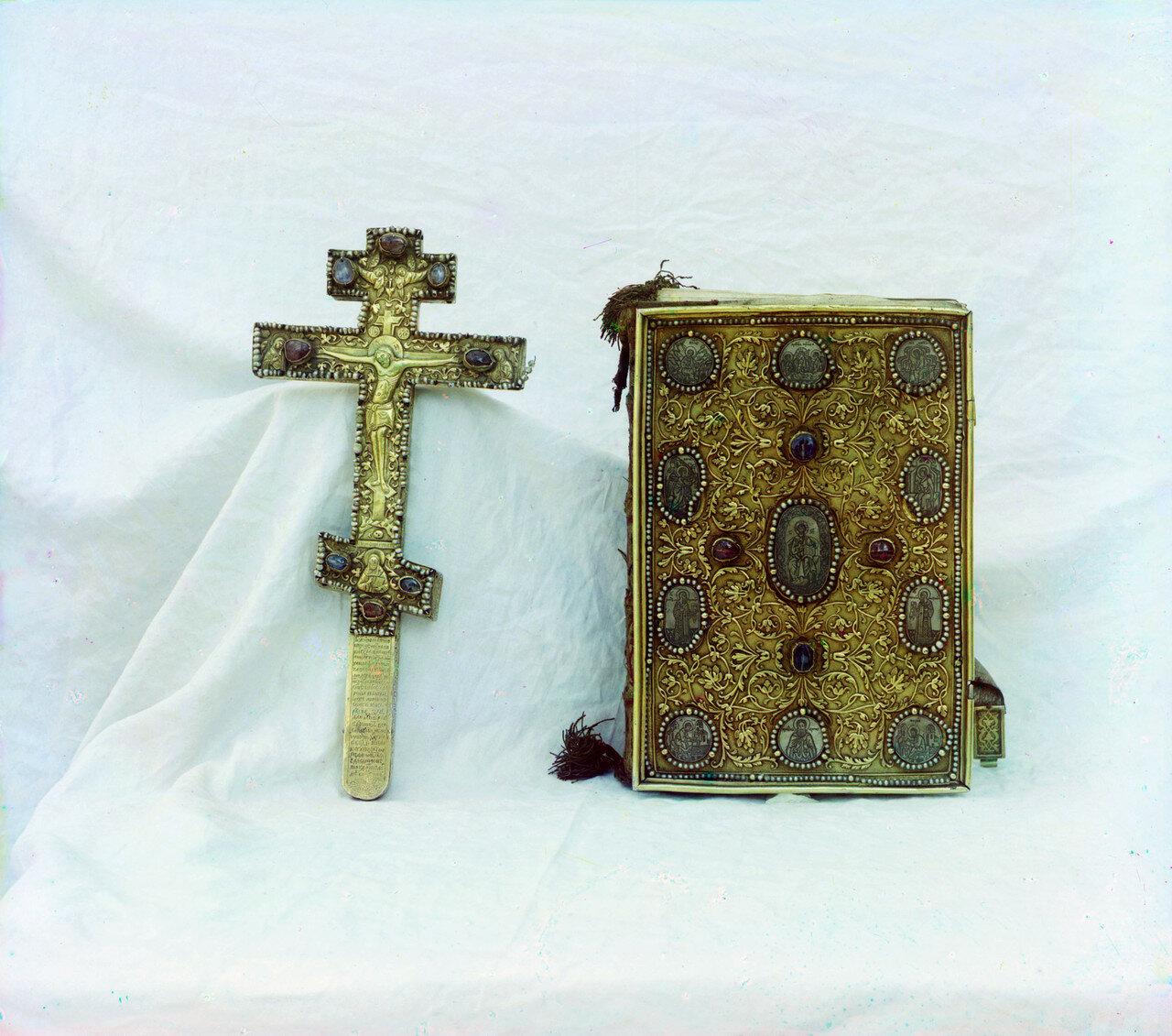 Кремль. Успенский собор. Крест и Евангелие. Дар царя Михаила Федоровича. В ризнице собора