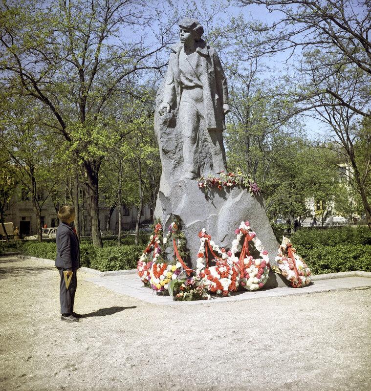 1971 Памятник пионеру-партизану Володе Дубинину в Керчи. Рудольф Алфимов.jpg