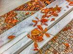Золотые листья на белой скамье