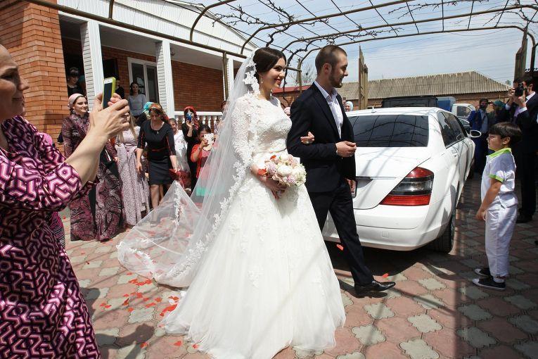 Жених на свадьбе не показывается. Он сидит в специально отведенной для него и его друзей комнате