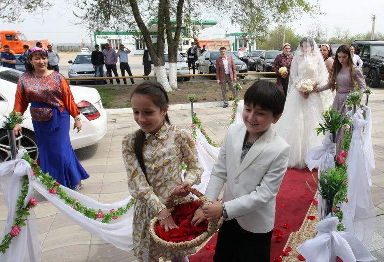 Современные чеченские свадьбы чаще устраивают в ресторанах, а не дома у жениха. Торжество продол