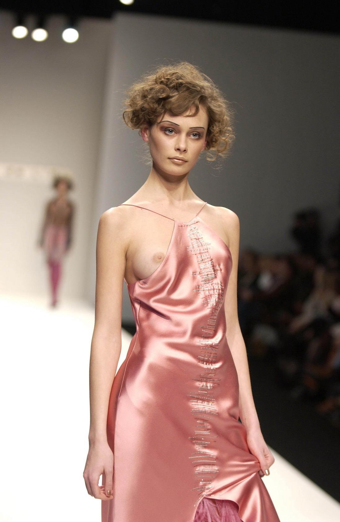 Голые на показе моды онлайн отличная