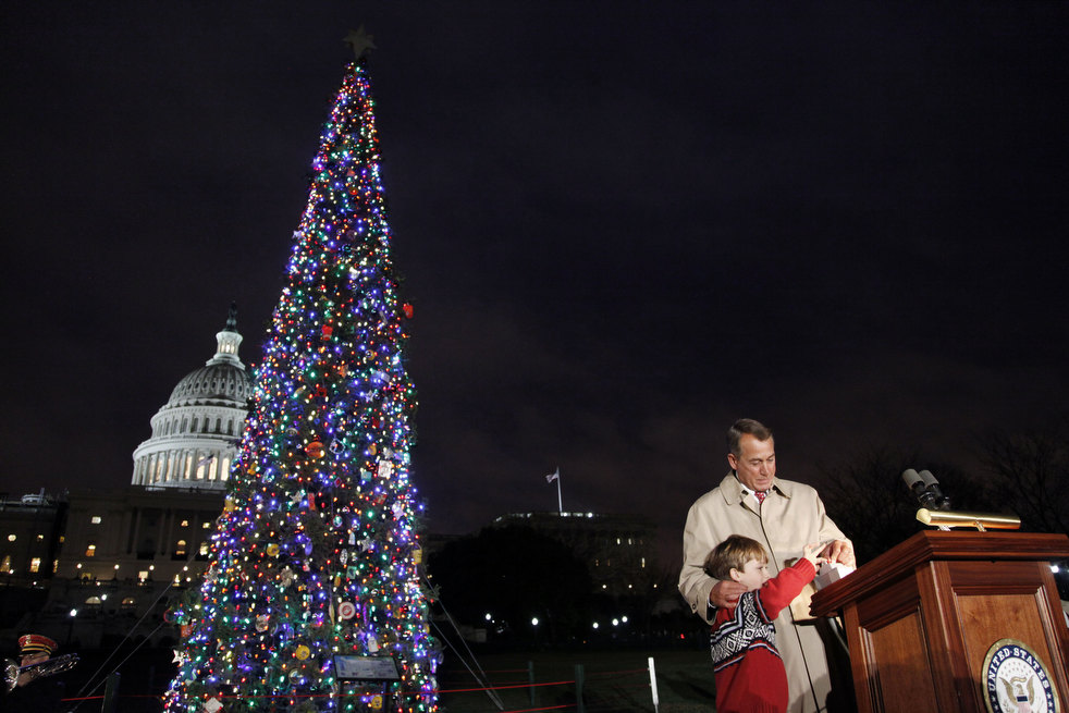 25. Спикер Джон Бонер из Огайо с помощью 7-летнего Джонни Кройфорда на церемонии зажжения елки в Ваш