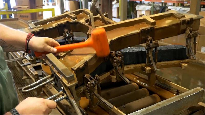 В сборочном цехе сверлят отверстия для винтов, а после собирают скамью вместе.