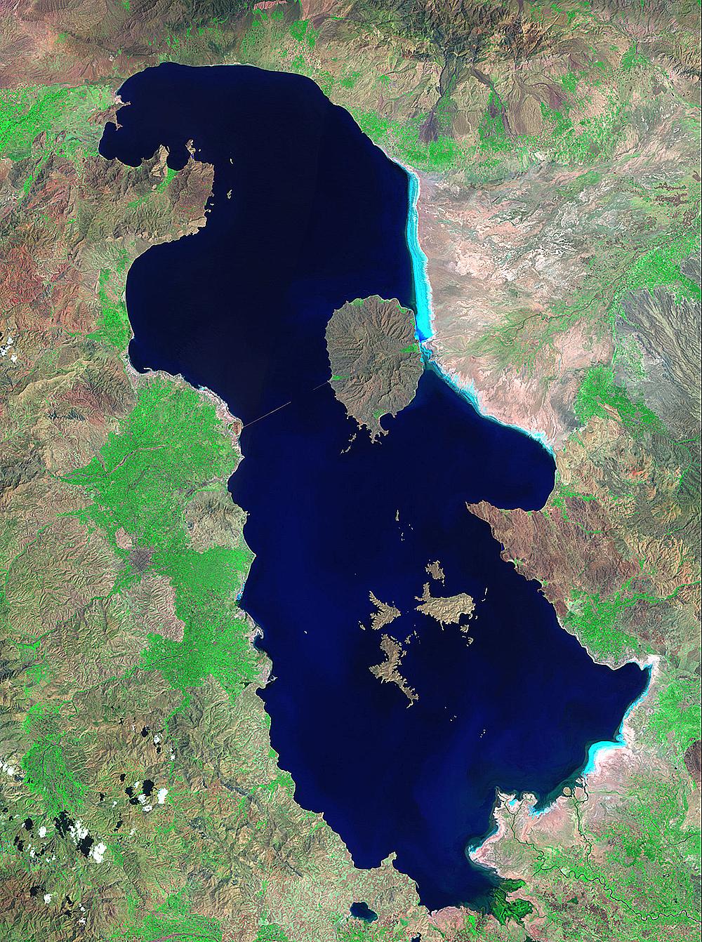 Озеро Урмия является самым большим озером наБлижнем Востоке итретьим повеличине соленым озером на