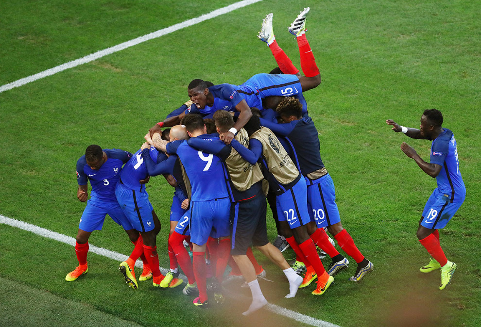 18. Проверка на гибкость. Французы забили второй гол Албании, 15 июня 2016. (Фото Lars Baron):<