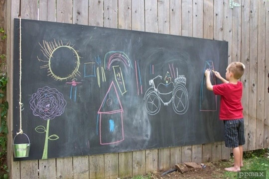 7. Доска для рисования на заборе Всего-то нужно: забор, мелки и доска любого размера, покрытая грифе