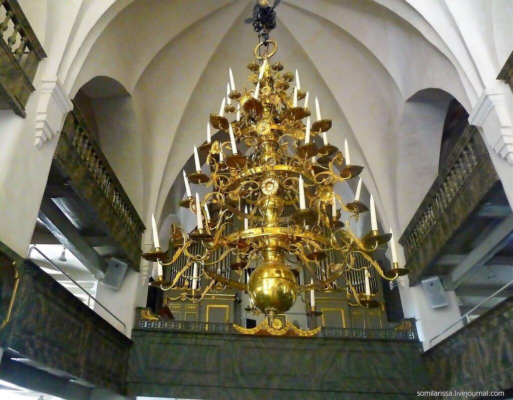 Большая люстра собора.