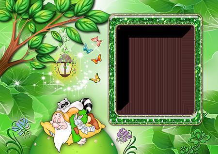 Рамка для фото со спящим на лесной лужайке под деревом с фонарем гномом с енотом и зайчиком