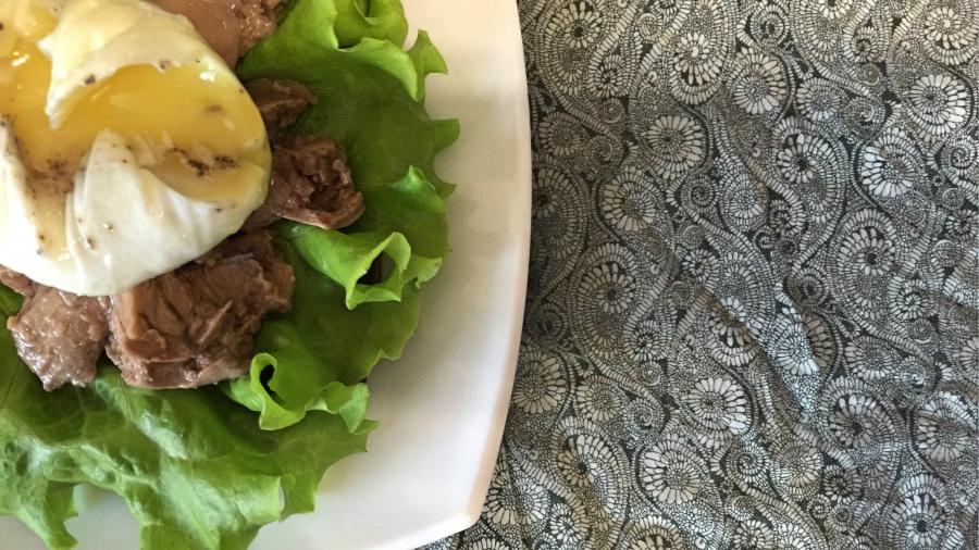 Бутерброд с яйцом-пашот и печенью трески