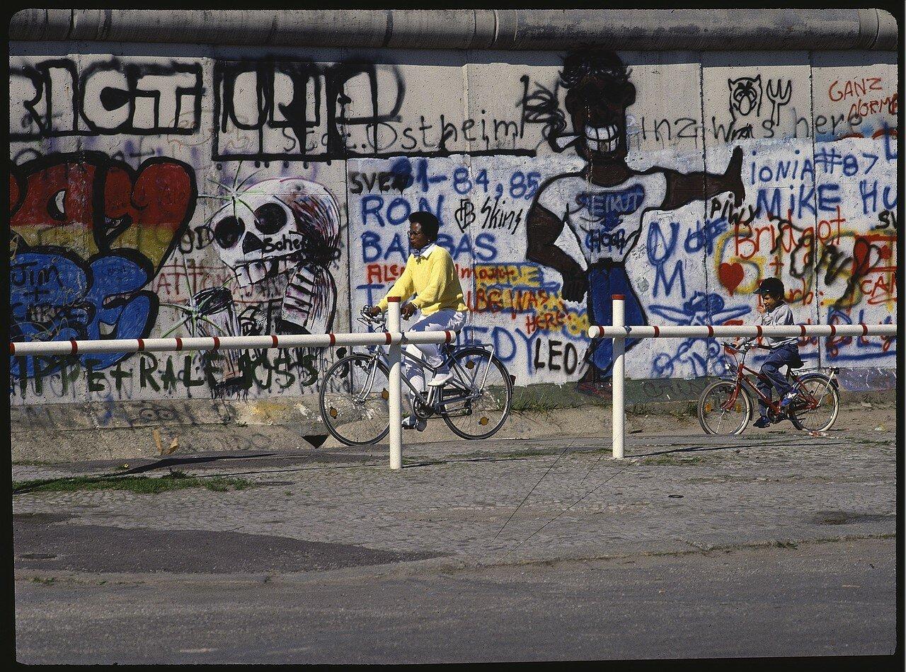 Западный Берлин. Потсдамская площадь. Разукрашенный фрагмент стены