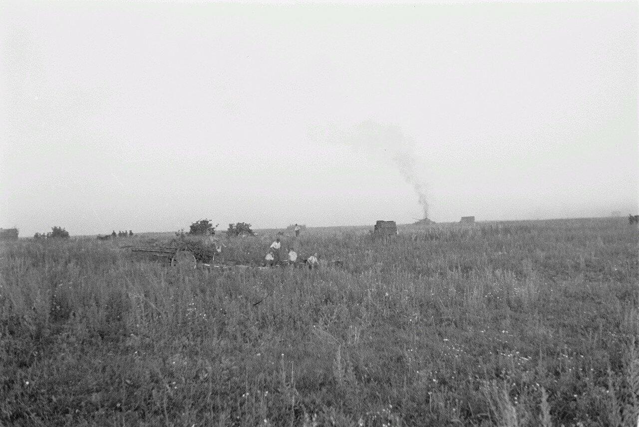 После боевых действий. Группа немецких солдат. На заднем плане догорающий танк