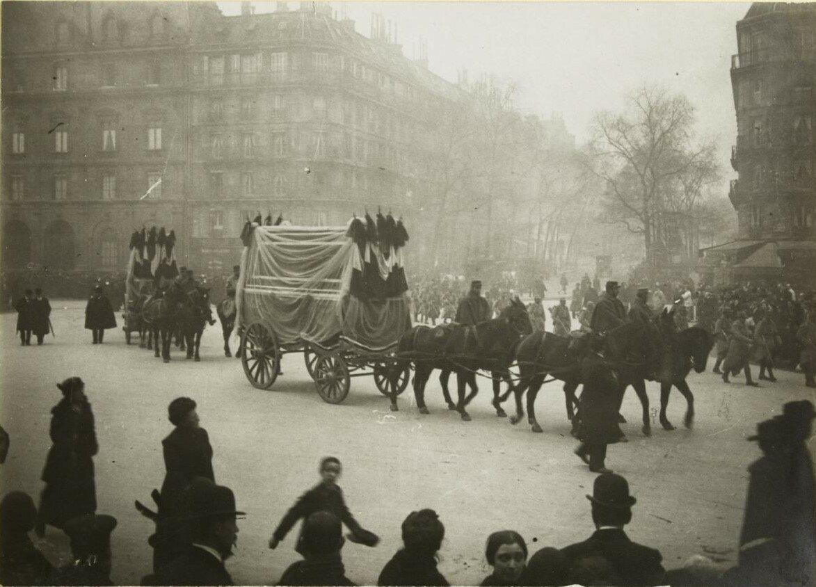 1915. 17 ноября. Похороны жертв с улицы Тольбьяк.  Процессия на Аркольском мосту