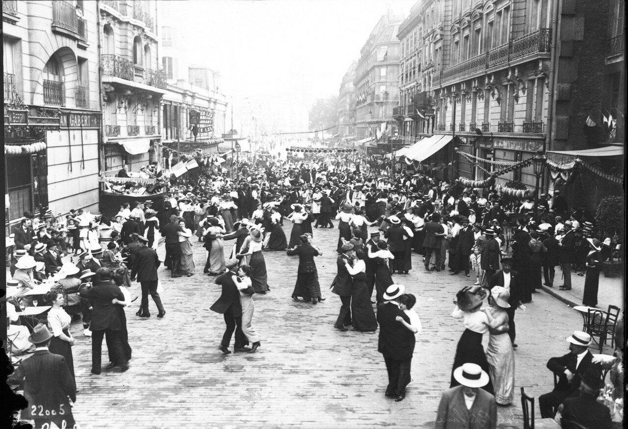 1912. Танцы на улице