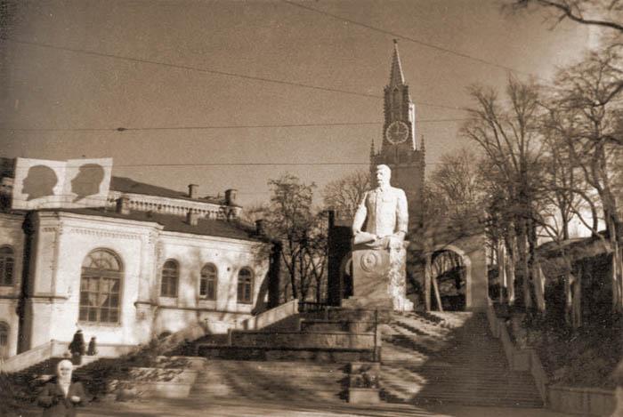 Киев Конец тридцатых. памятник Сталину на пл. Сталина (Европейской).jpg