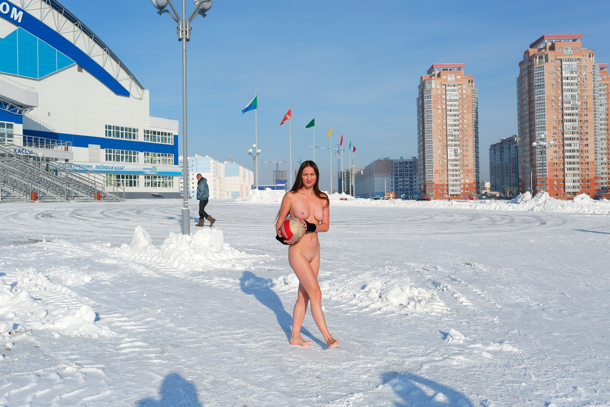 Голая Наталья решила поиграть с мячом зимой в Хабаровске