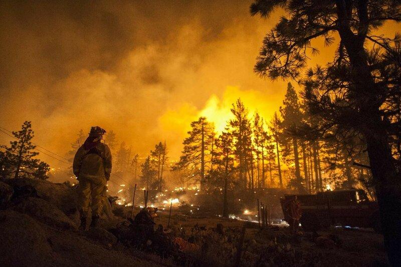 Огонь бушует в центре Калифорнии
