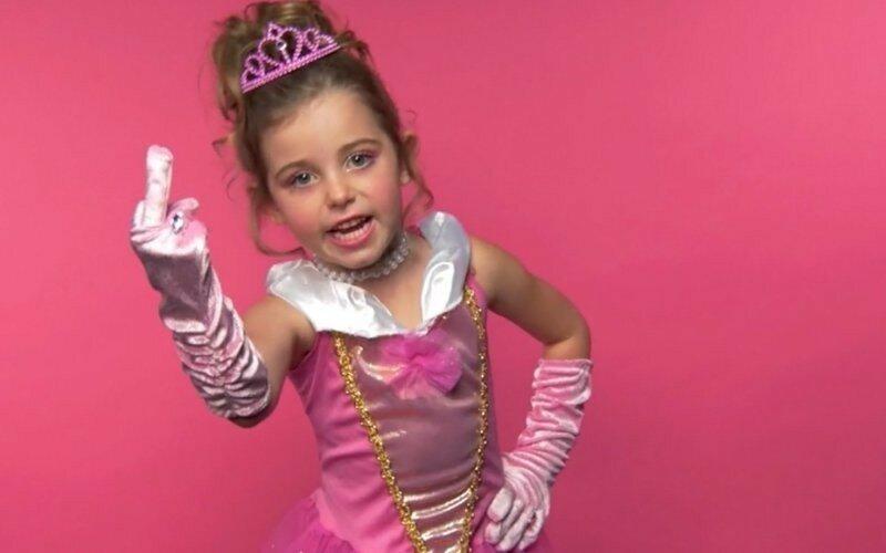 Взрослый канадец объявил себя 6 летней девочкой и нашел приемных родителей