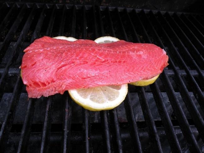Для того, чтобы рыба нагриле неприлипала крешетке, положите филе надольки лимона. Это придаст до