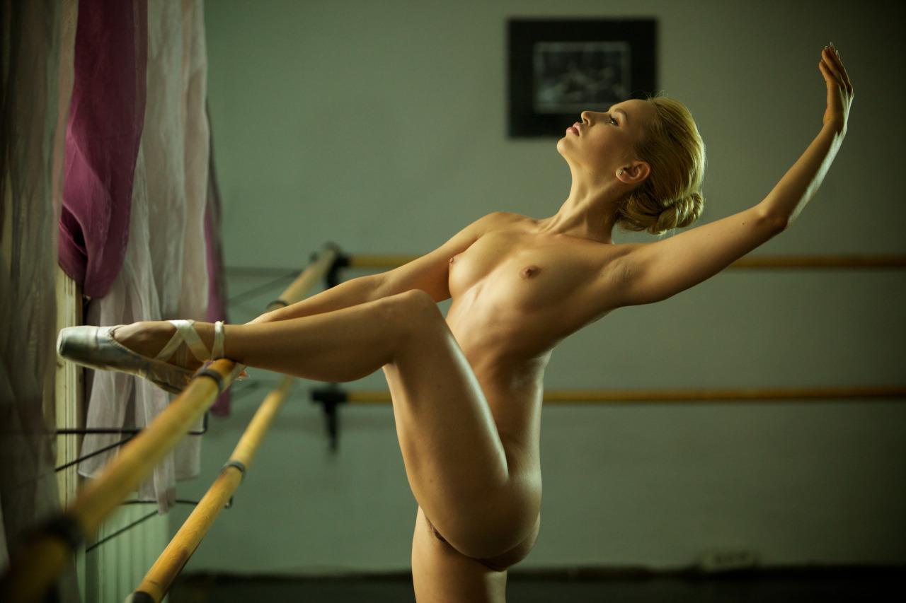Балерина разминается видео эротика