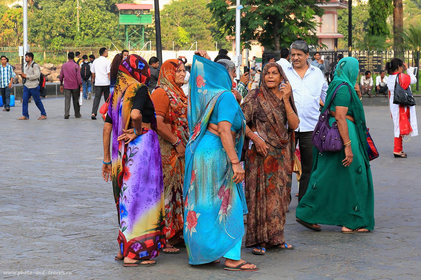 25. Группа дам у монумента. Вечер в Мумбаи. Отзыв о самостоятельной поездке в Индию в октябре (24-70,1/125, -1eV, f9, 70 mm, ISO 100)