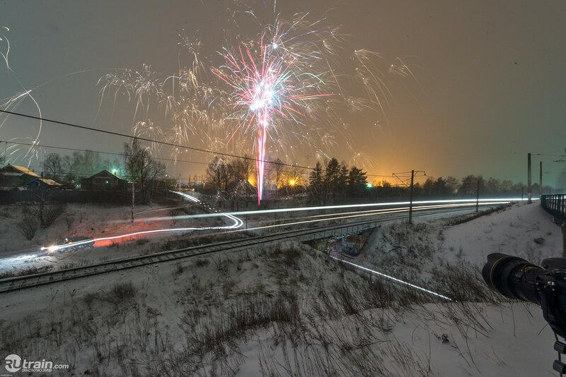 Фейерверк и поезда. Автор фото Дмитрий Чернов