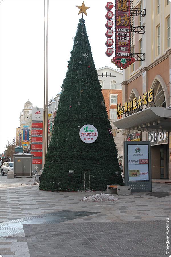 Новогодняя ёлка на улице в Маньчжурии