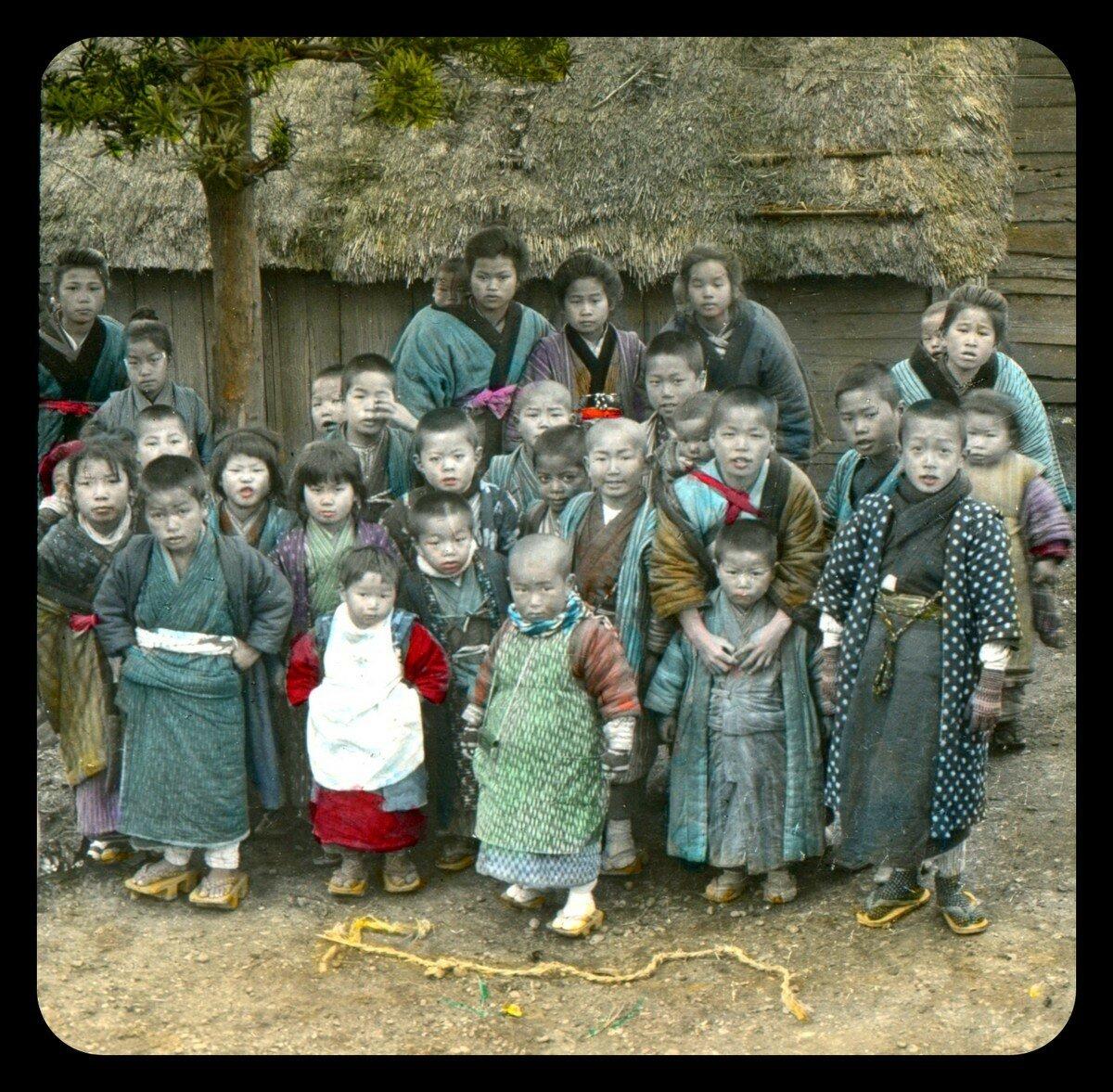 Группа детей во дворе храма