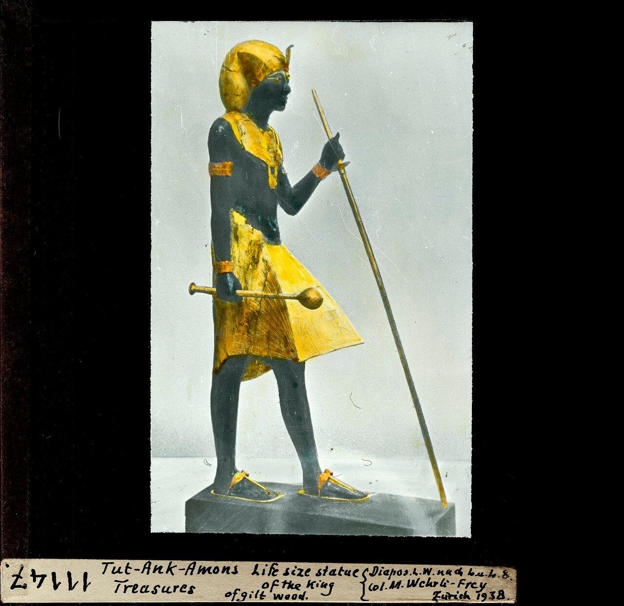 Статуя фараона в натуральную величину, сделанная из позолоченной древесины