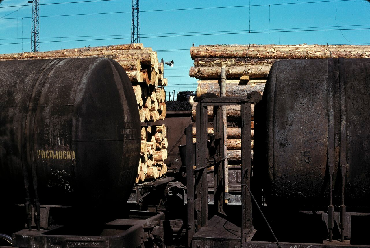 Мариинск. Платформы с древесиной и углем, цистерны с маслом