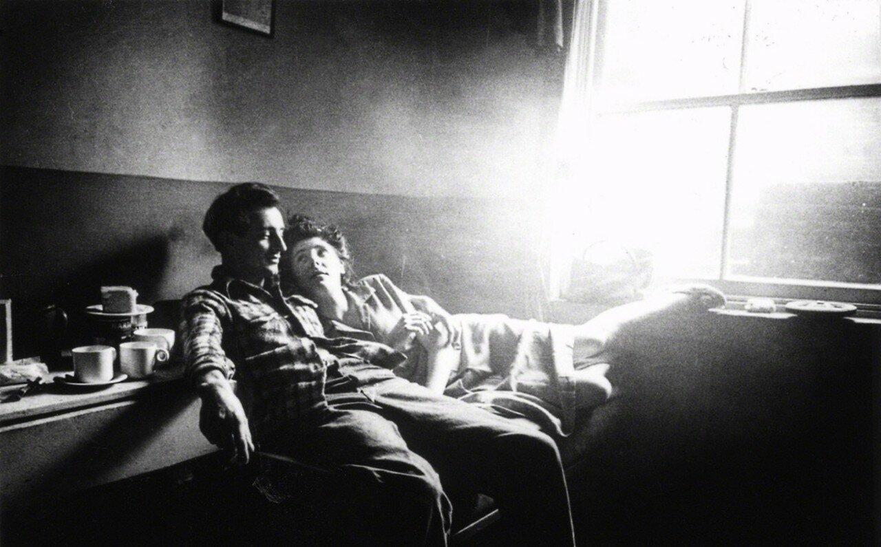 1949. Пара отдыхает в подвальной квартире где-то в южном Лондоне