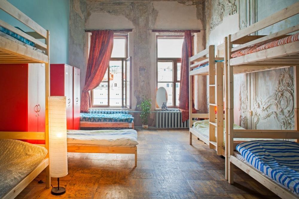 Dorm Это кровать в общем номере в хостеле. Например, если на сайте хостела вы видите «5 Bed Mixed Do