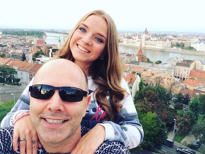 Родители избили дочь, узнав о ее роде занятий