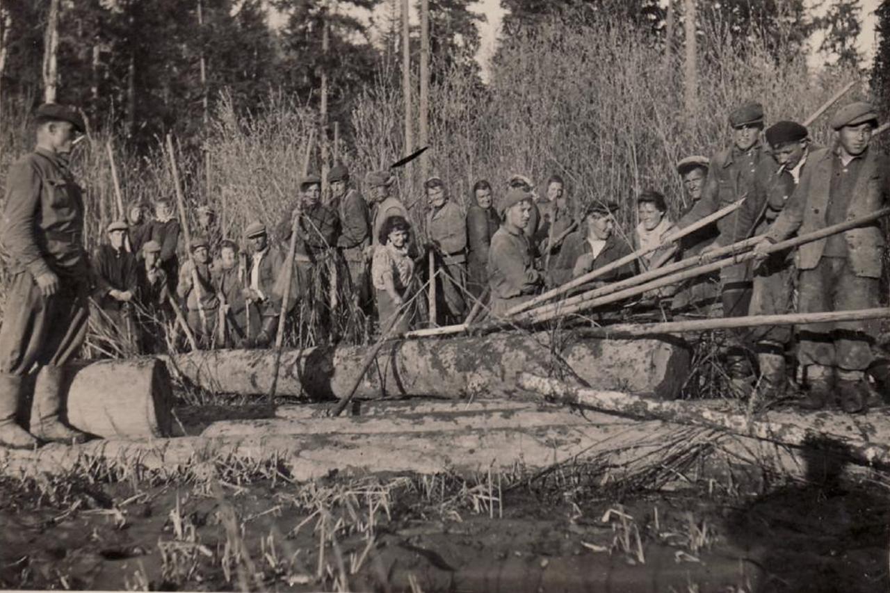 Группа ссыльных литовцев на работах в Емельяновском районе Красноярского края. 1950-е