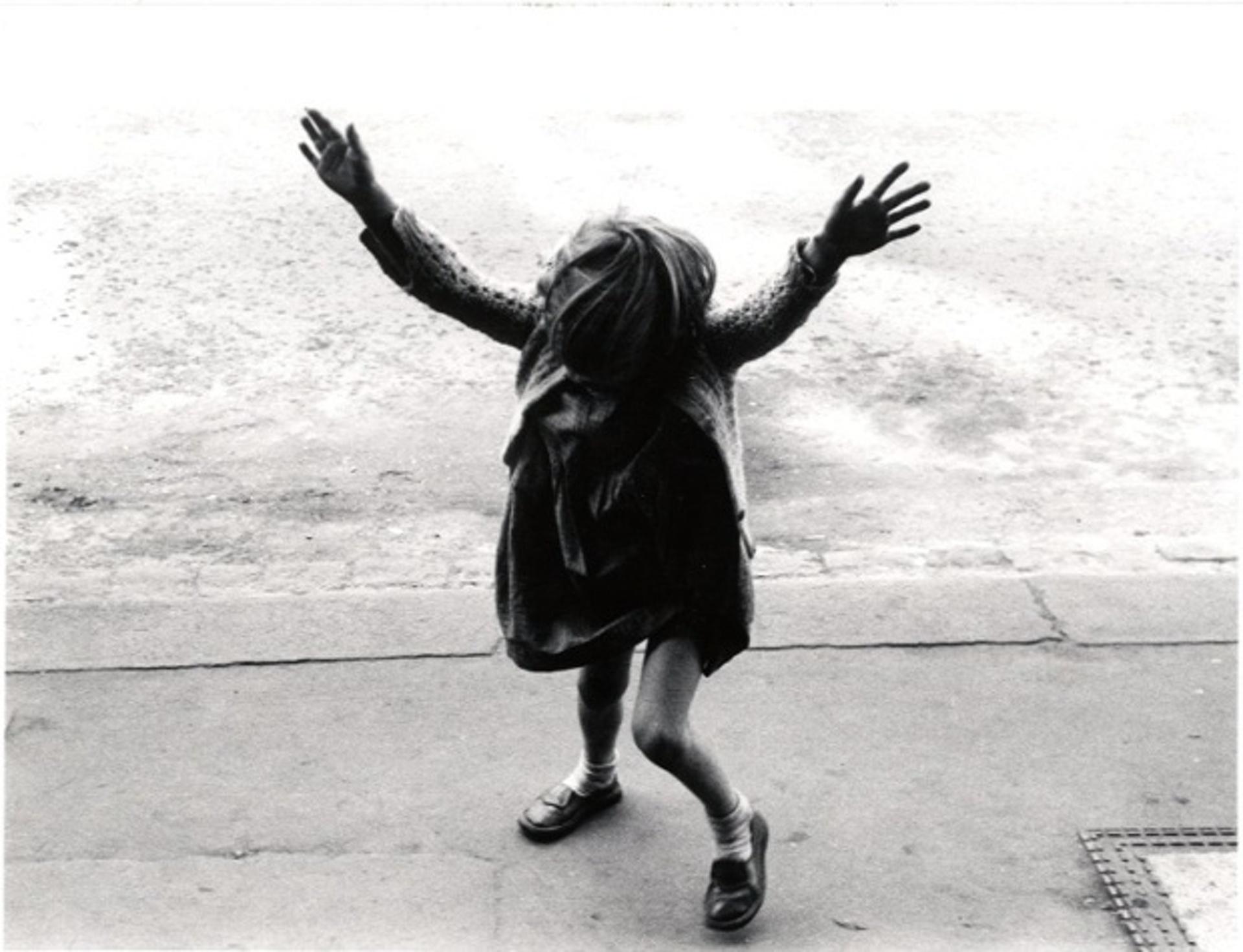 1957. Девочка собирается сделать стойку на руках, Кенсал-роуд. Лондон
