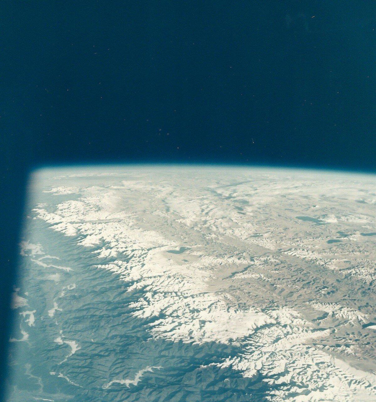 1968, октябрь.  Самые высокие горы Земли (Эверест) с борта «Аполлона-7»