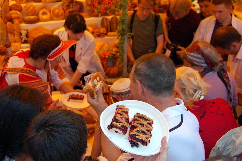Чудо-каравай и пирог в полтора метра